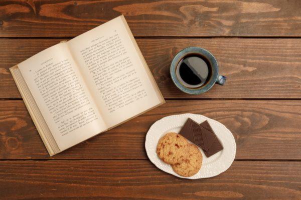 お菓子を食べながら読書