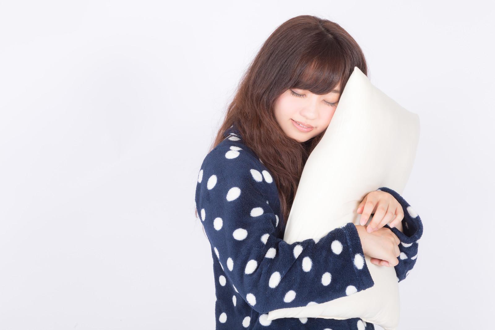 枕を抱いて眠る女性