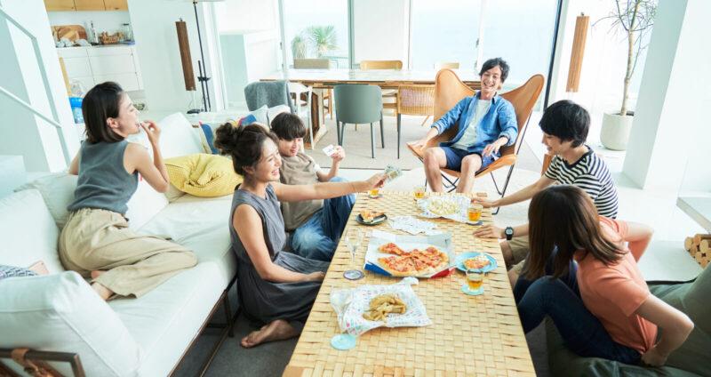 ピザパーティーを楽しむ若者