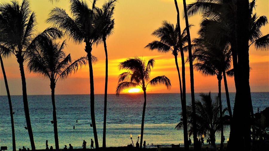夕日に沈むハワイの海