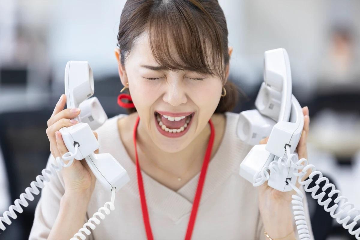 クレームの電話に対応できずに叫ぶ女性