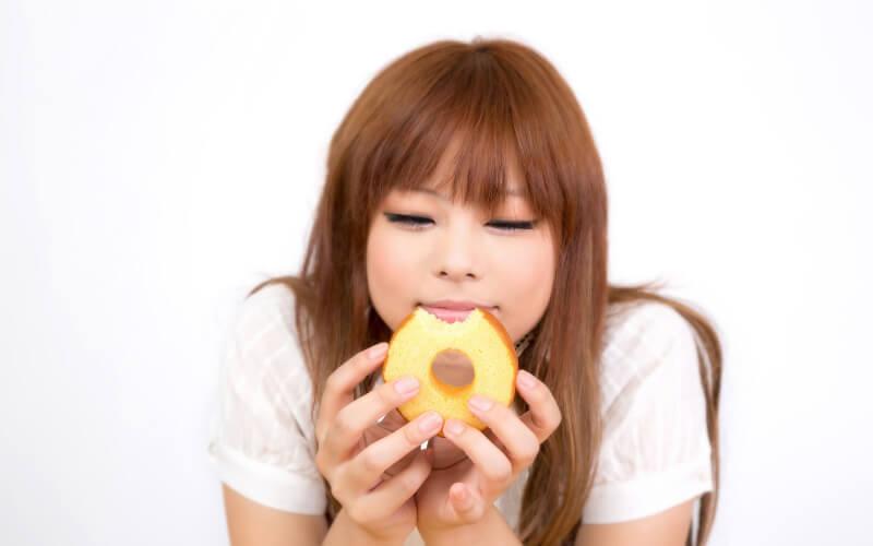 ダイエット中にお菓子を食べる女性
