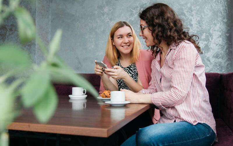 ダイエットを友人に相談する女性
