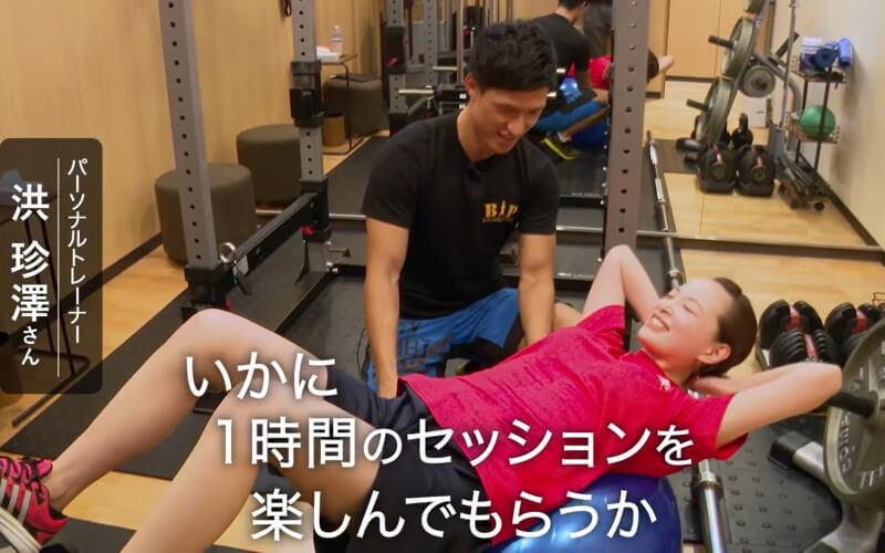 田町にあるパーソナルジムのBiPでトレーニングする女性