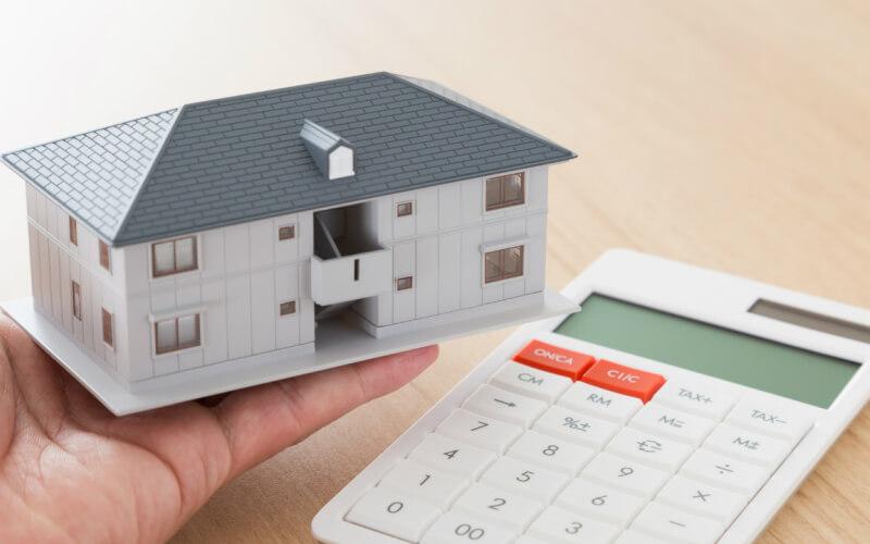 経営賃貸の利回りを計算する男性