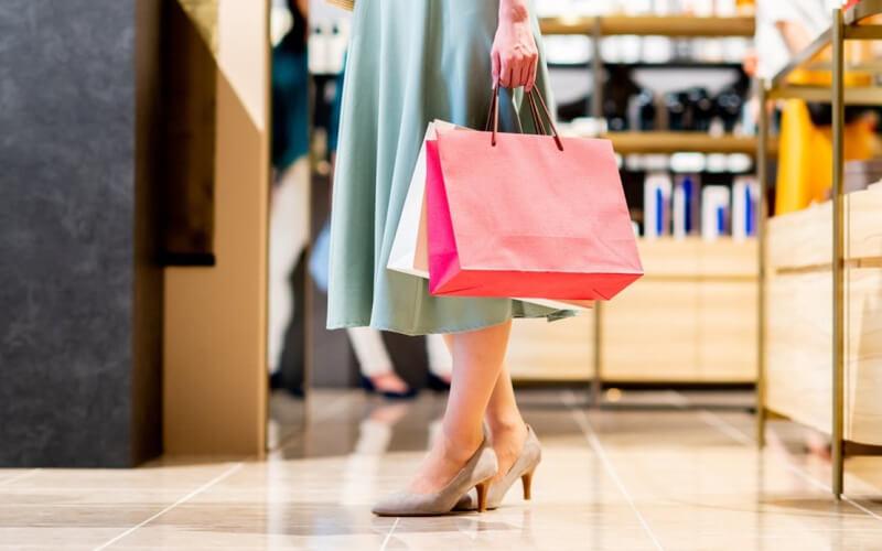欲しいものを購入して店を出る女性